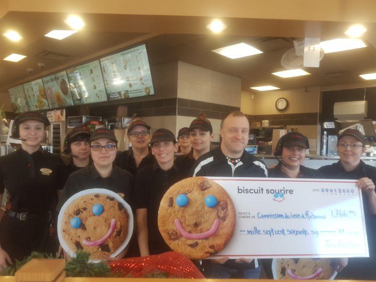 (Français) Le camp de jour de Richmond reçoit 1 766 $ de la campagne Biscuit sourire de Tim Hortons